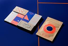 螢光橘與寶藍 鮮明對比的咖啡識別