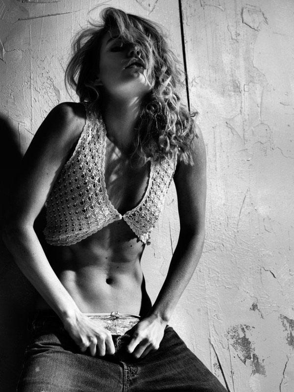 一组性感与野性兼具的美女摄影欣赏