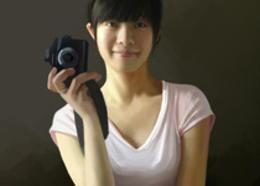 Photoshop鼠绘室内手拿相机的美女