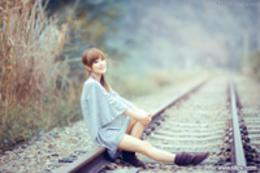 Photoshop调出铁路女孩唯美的日系效果