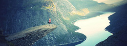 一个人在山上做瑜伽背景海报
